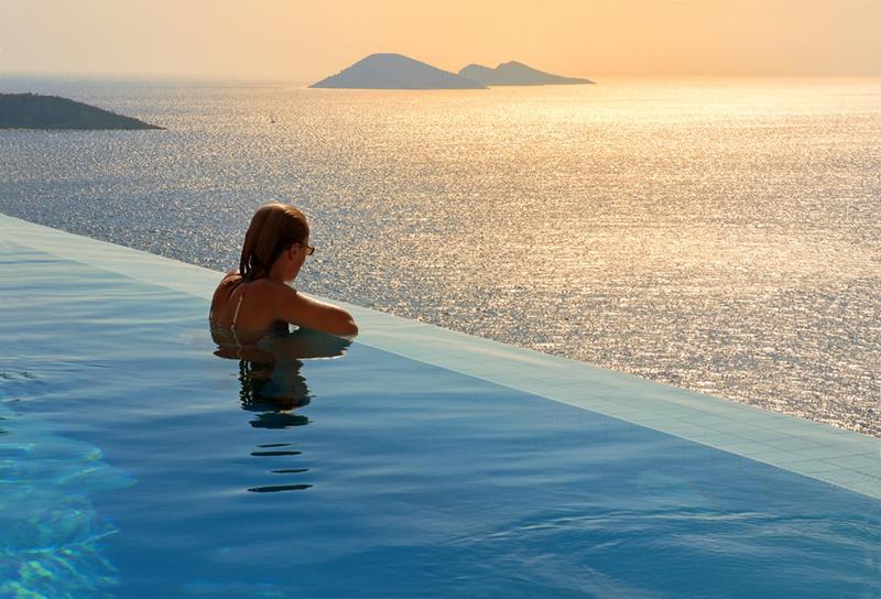 حمام السباحة في فندق