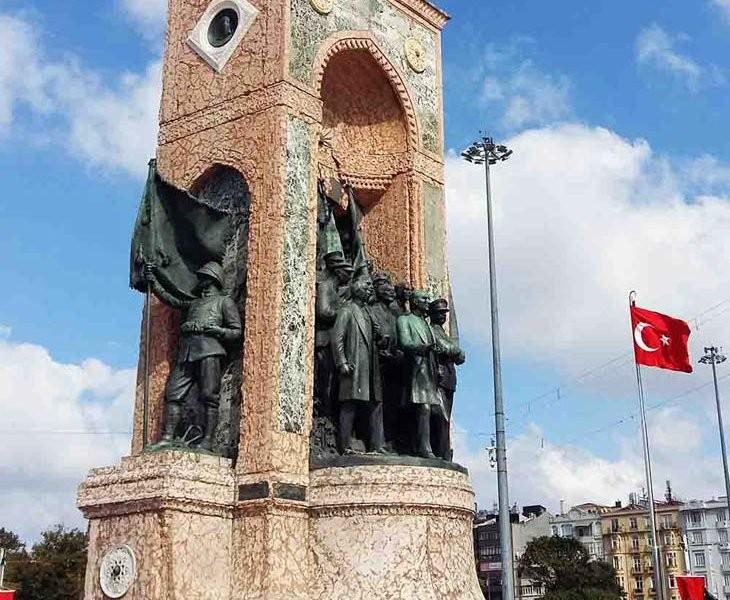 النصب التذكارى في شارع الاستقلال اسطنبول