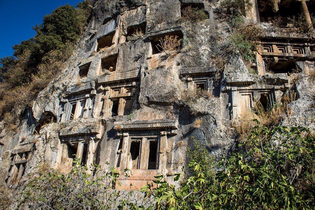 القبور الصخرية